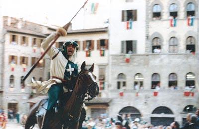 (Foto Piero Vannuccini, 1993) - Martino Gianni si è accorto di aver conseguito il massimo punteggio. S. Andrea è tornato in corsa per la vittoria, la Piazza dovrà fare i suoi conti (anche) con il Quartiere biancoverde.