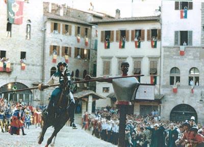 La seconda carriera di Martino Gianni, nella Giostra del 5 settembre 1993. Una delle migliori carriere biancoverdi di sempre, centro netto (5 punti). Si noti il marchio della lancia sul bersaglio; è dentro per ben 3/4. (Foto Piero Vannuccini, 1993).