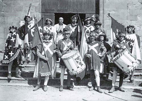 La Comparsa Biancoverde, nel 1934, sul sagrato di S. Agostino.