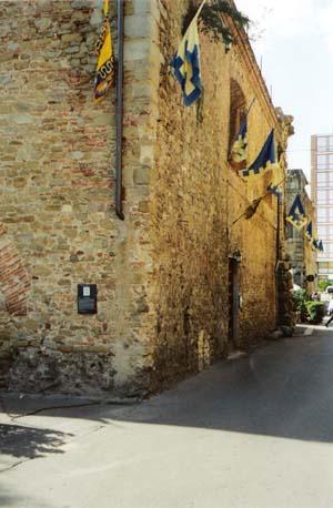"""Sede storica di Porta S. Spirito. Il bastione di levante. In primo piano l'ingresso al """"Circolo dei Ghibellini"""", sullo sfondo l'Hotel Europa Via Spinello. (Archivio A.P.T. Arezzo - 2005)"""