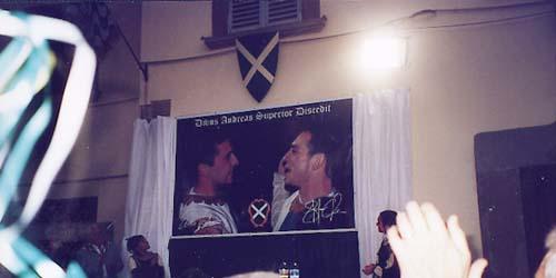 3 luglio in San Giusto: il palco d'onore, sormontato dall'enorme immagine di Enrico e Stefano, felici in piazza dopo la vittoria. Lo scatto di Falsetti era la foto ufficiale della festa per il trionfo ottenuto in giugno. (Foto Gino Raguzzi)